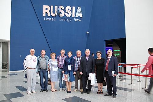 На фоне павил Россия